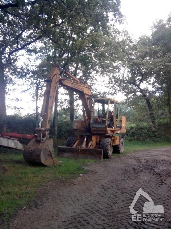 CASE  POCLAIN 688 B excavator pe roţi